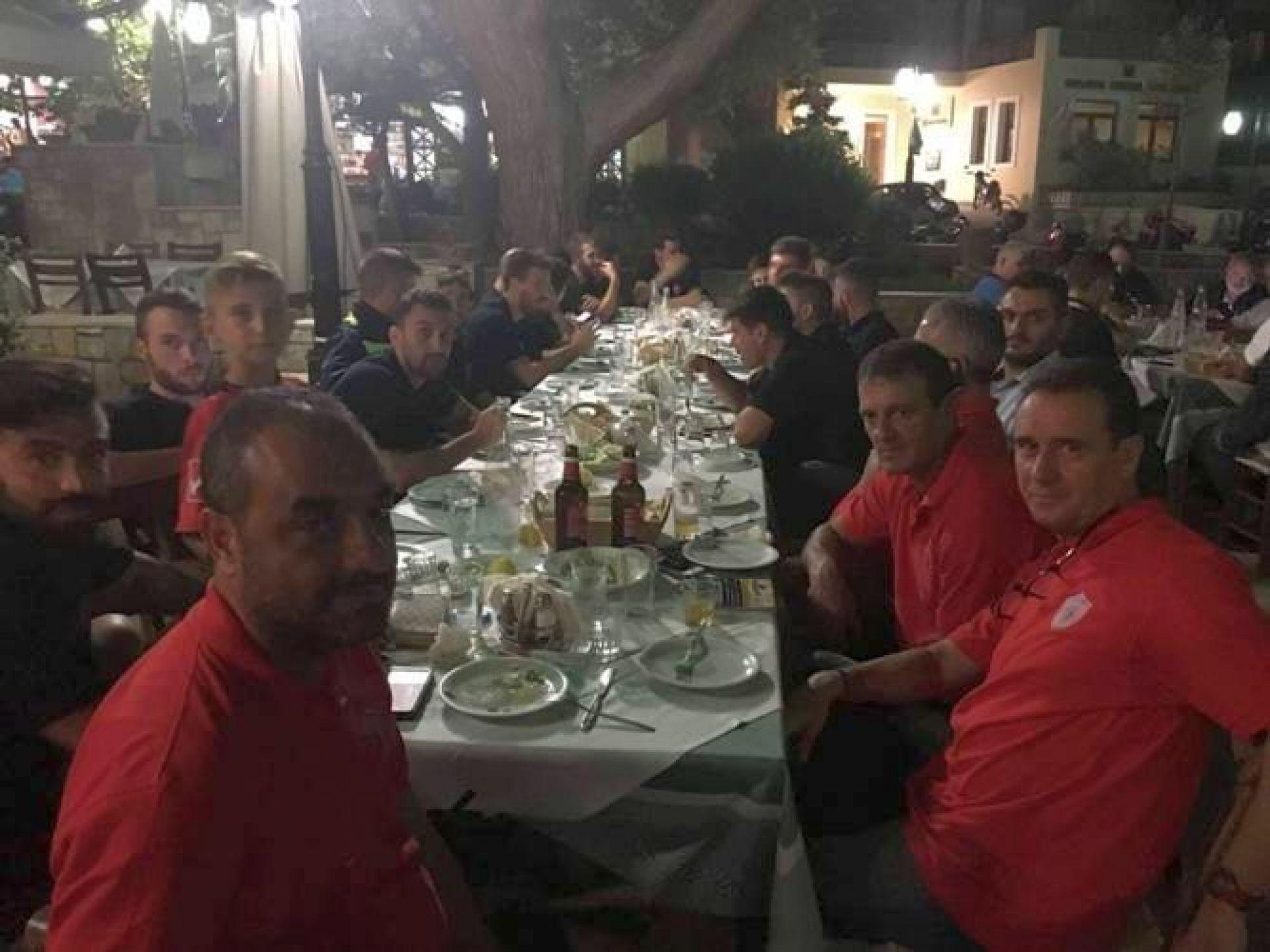Κρητική φιλοξενία του Γιούχτα που παρέθεσε δείπνο στη Θύελλα Καμαρίου